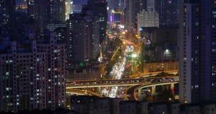 il traffico urbano occupato 4k sul passaggio alla notte, urbana morden la costruzione, porcellana di Qingdao archivi video