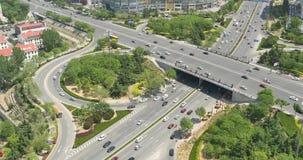 il traffico urbano occupato 4k sul passaggio, urbano morden la costruzione, porcellana stock footage