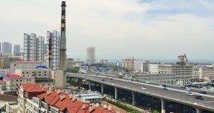 il traffico urbano occupato 4k sul passaggio, urbano morden la costruzione, porcellana di Qingdao stock footage
