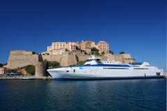 Il traghetto ad alta velocità ha attraccato davanti alla cittadella Fotografia Stock