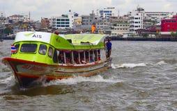 Il traghetto arriva al pilastro, Bangkok, Tailandia Fotografia Stock Libera da Diritti