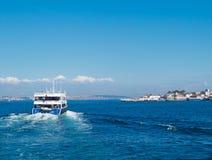 Il traghetto arriva all'isola Buyukada Fotografie Stock Libere da Diritti