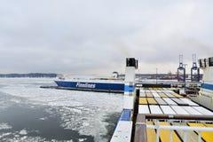 Il traghetto con carico entra nel porto Vuosaari, Helsinki del trasporto Immagini Stock Libere da Diritti