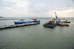 Il traghetto dalla città di Kerc crimea Fotografie Stock