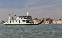 Il traghetto del mare di San Nicolo naviga nella laguna di Venezia, Italia Immagini Stock