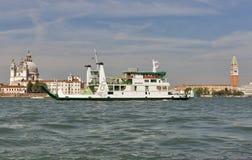 Il traghetto del mare di San Nicolo naviga nella laguna di Venezia, Italia Fotografia Stock