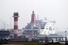 Il traghetto fra il furgone Olanda e Harwich Regno Unito di Hoek immagini stock