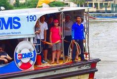 Il traghetto ha attraccato fuori al pilastro, Bangkok, Tailandia Immagini Stock