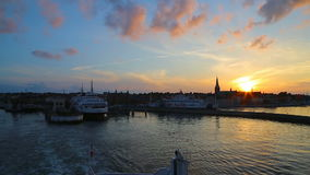 Il traghetto parte dal pilastro al tramonto stock footage