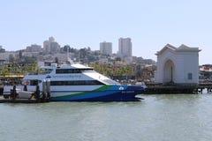 il traghetto sul molo del pescatore è una vicinanza e un'attrazione turistica popolare a San Francisco, la California Fotografie Stock
