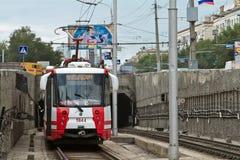 Il tram ad alta velocità parte dal tunnel del sottopassaggio. Immagine Stock