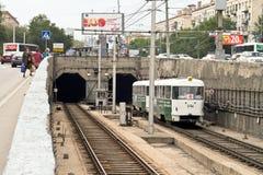 Il tram ad alta velocità parte dal tunnel del sottopassaggio. Fotografia Stock