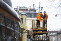Il tram cabla la riparazione dei lavoratori Immagini Stock
