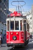 Il tram di nostalgia di Taksim Tunel far rotolare lungo la via e la gente istiklal al viale istiklal Costantinopoli, Turchia Immagine Stock Libera da Diritti