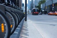 Il tram ed i taxi di Toronto sulla strada affollata bike la stazione locativa p immagine stock libera da diritti