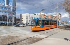 Il tram guida sulla via nel giorno soleggiato dell'estate Immagine Stock