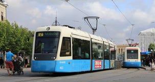 Il tram parte dalla fermata nel centro di Gothenburg, Svezia stock footage