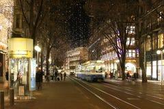 Il tram si precipita tramite le vie di sera immagini stock