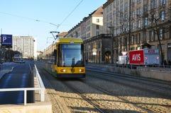 Il tram verde della città capo alla stazione terminale Fotografie Stock Libere da Diritti