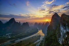 Il tramonto è brillante sul fiume dorato a Guilin Immagini Stock Libere da Diritti