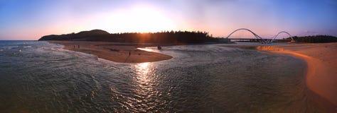 Il tramonto & il brige del fiume del sole Immagini Stock Libere da Diritti