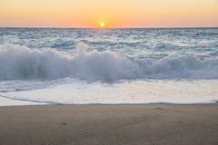 Il tramonto colora le onde a Leucade Grecia Fotografia Stock