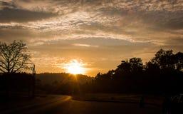 Il tramonto con la strada, bello cielo nella sera fotografie stock