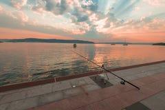 Il tramonto con le canne da pesca si avvicina al caffè, mare di Marmara, Canakkale Fotografie Stock