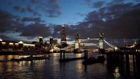 Il tramonto di crepuscolo variopinto si rannuvola le luci della città di notte del ponte e del coccio della torre a Londra archivi video