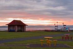 Il tramonto di Largs al gioco di Aubery Benches e tavole Immagine Stock