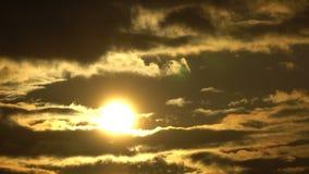 IL TRAMONTO di LASSO DI TEMPO, l'alba brillante della sommità sopra la nuvola scorrente ondeggia, lasso di tempo rosso del disco  video d archivio