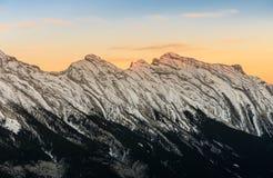 Il tramonto di stordimento di neve ha ricoperto le montagne rocciose canadesi al parco nazionale di Banff in Alberta, Canada fotografia stock libera da diritti
