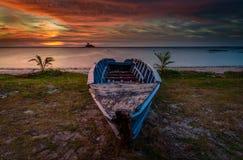 Il tramonto dorato abbandonato di ora della barca Fotografie Stock