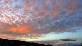 Il tramonto drammatico del cielo si appanna il fondo del paesaggio Immagini Stock Libere da Diritti