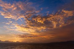 Il tramonto drammatico si rannuvola il paesaggio dell'acqua fotografia stock