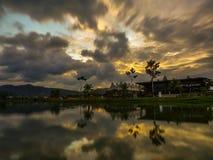 Il tramonto drammatico si rannuvola un lago fotografie stock