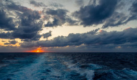 Il tramonto e l'insieme drammatico delle nuvole che vanno alla deriva sopra le acque tropicali del mar dei Caraibi sono accesi en Fotografie Stock Libere da Diritti