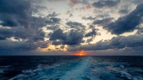 Il tramonto e l'insieme drammatico delle nuvole che vanno alla deriva sopra le acque tropicali del mar dei Caraibi sono accesi en Fotografia Stock