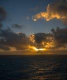 Il tramonto e l'insieme drammatico delle nuvole che vanno alla deriva sopra le acque tropicali del mar dei Caraibi sono accesi en Immagine Stock Libera da Diritti