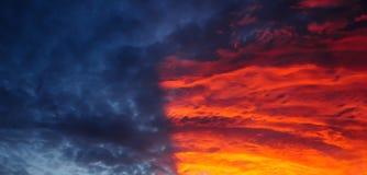 Il tramonto ed il cielo drammatici di colore immagine stock libera da diritti