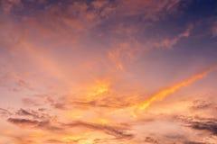 Il tramonto lanuginoso si appanna il cielo fotografie stock