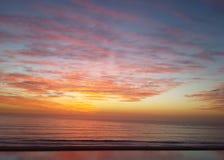 Il tramonto magico colora l'oceano arancio Fotografia Stock