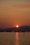 Il tramonto profila la gente e le barche, baia inglese, Fotografia Stock Libera da Diritti