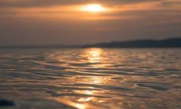Il tramonto rosso ha riflesso sul mare della Sicilia immagine stock libera da diritti
