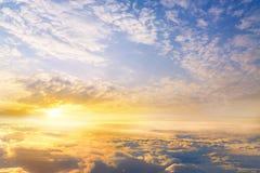 il tramonto si appanna lo skyscape del cielo Vista dalla finestra di un aeroplano Immagini Stock Libere da Diritti