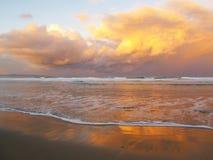 Il tramonto si rannuvola l'Oceano Indiano, costa selvaggia del Sudafrica fotografia stock libera da diritti