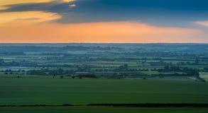 Il tramonto sopra il campo Fotografie Stock Libere da Diritti