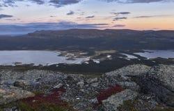 Il tramonto sopra il fiume ed il lago abbelliscono il parco nazionale di Sarek, Svezia Fotografia Stock Libera da Diritti