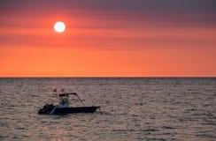 Il tramonto sopra il Madagascar curioso è spiaggia con la siluetta della barca Fotografie Stock Libere da Diritti