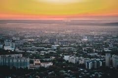 Il tramonto sopra la città di Almaty e una vista del Kok Tobe TV si elevano Fotografia Stock Libera da Diritti
